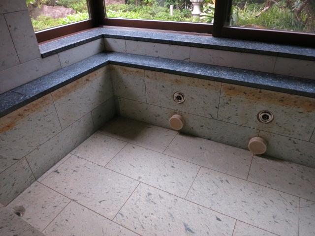 十和田石の浴槽に茶色いシミがのサムネイル