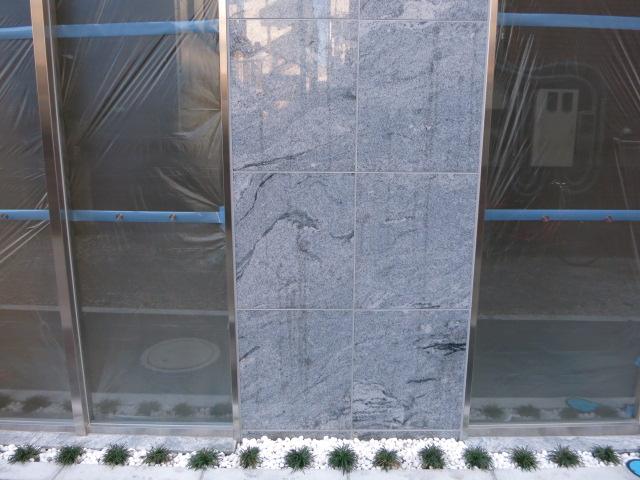 御影石の本磨きの壁に油のような濃い濡れジミがのサムネイル
