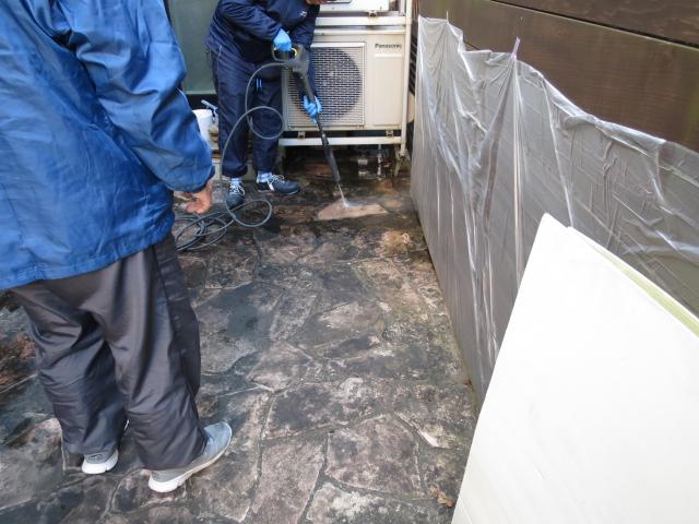 中庭に敷いてある乱形石が、汚れとカビで真っ黒にのサムネイル