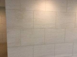 ライムストーンの壁にテープ糊痕の濡れジミがのサムネイル