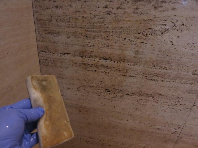 トラバーチンの大理石の巣穴部分いしつこい汚れがのサムネイル