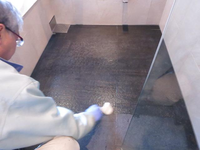 黒御影石バーナー仕上げのお風呂場のメンテナンスのサムネイル