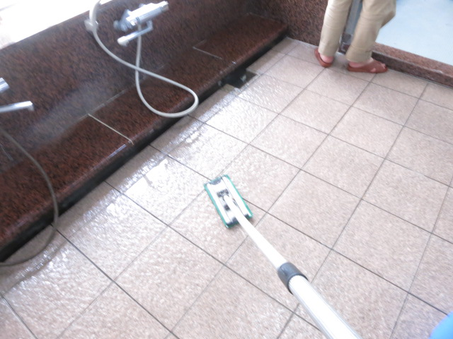 危険! 浴室床のタイルがぬめって滑るのサムネイル