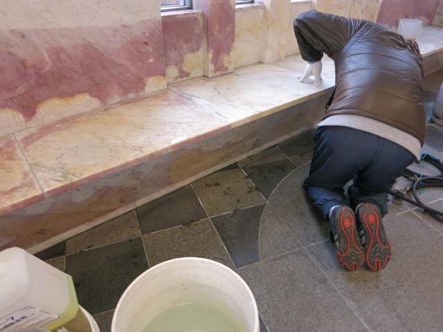 大理石(ビアンコ)の壁に茶色いシミがのサムネイル
