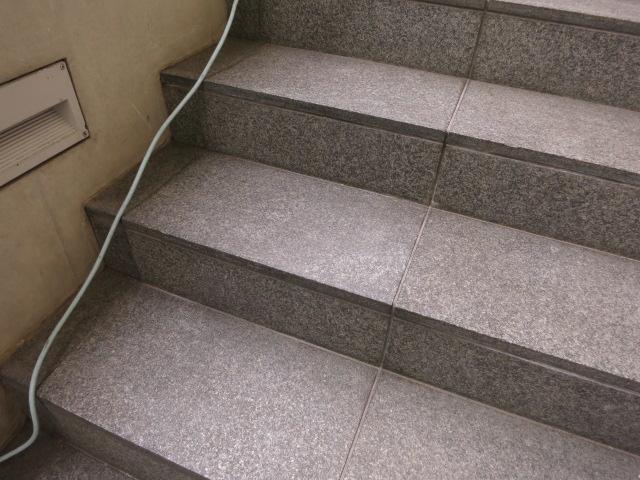 青山で話題の外資系コーヒーショップ、黒御影石バーナー仕上げの階段に目立つ濡れジミがのサムネイル