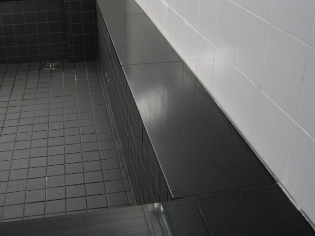 風呂場の笠石の水垢除去はケレン掛けだけではダメです。のサムネイル