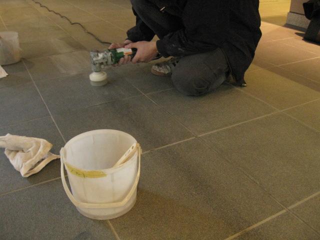 石材に付く養生テープシミの除去施工のサムネイル