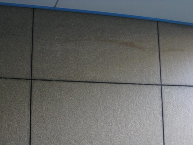 御影石壁に付いたボンドシミの変色抜きのサムネイル