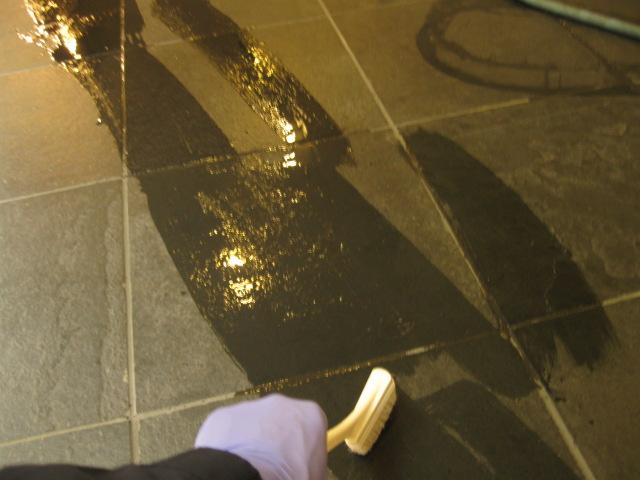 マンションエントランスの石の油シミ抜き施工のサムネイル