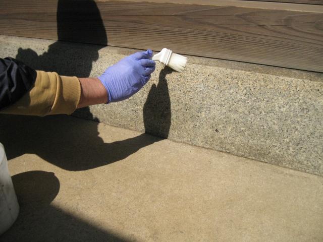 お寺の土台石部分に付いた、防虫剤の油シミのサムネイル