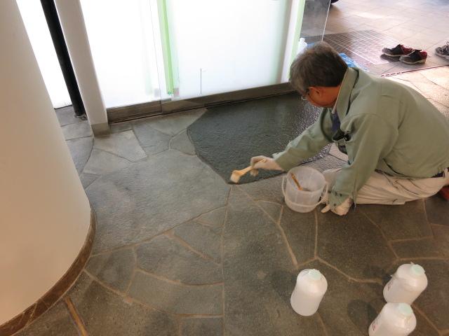 鉄平石のウェットコート塗布施工のサムネイル