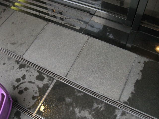 マンションエントランスに付いた、床石(御影石)の油シミ除去のサムネイル
