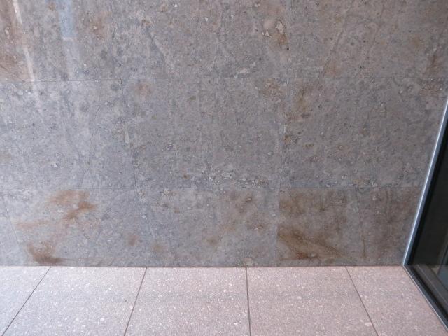 大理石の壁に茶色いシミがのサムネイル