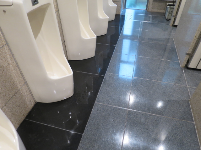 男子トイレの汚垂石の黒御影石本磨きへ塗膜コートのサムネイル