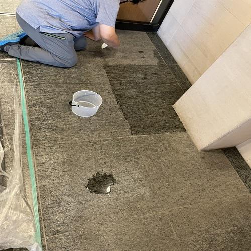 御影石バーナー仕上げの床に嘔吐のシミが  のサムネイル