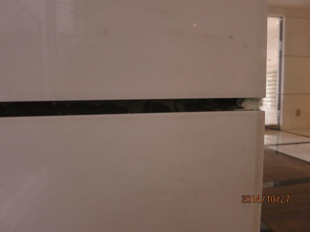 白い大理石に付着したシールのシミの除去のサムネイル