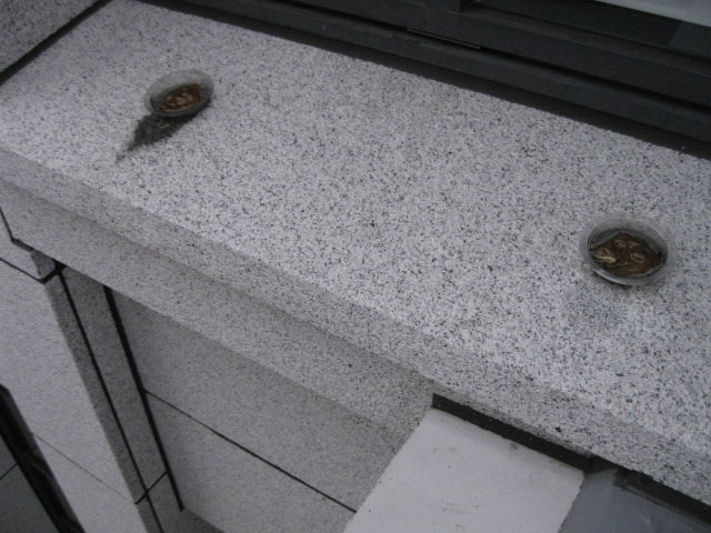 御影石の出窓に付いたハト避忌剤のシミ抜きのサムネイル
