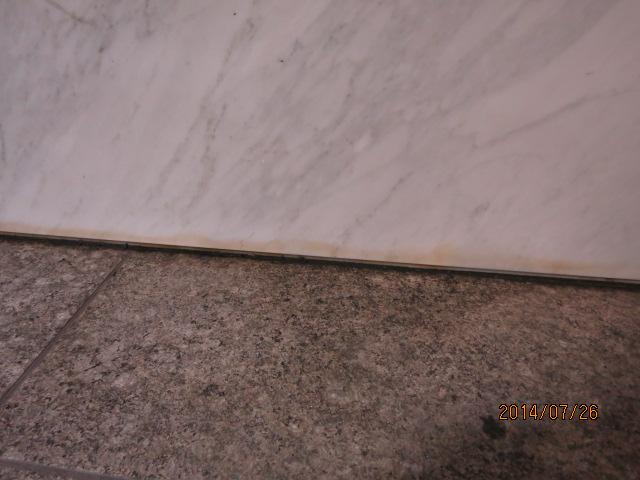 トラマチックホワイト(大理石)の根石壁に出た茶シミ抜きのサムネイル