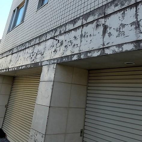 白い大理石の外壁が経年でカビ汚れが発生!のサムネイル