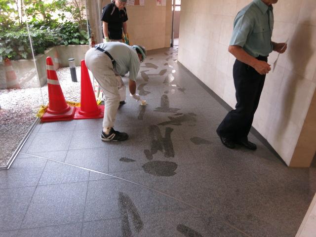 マンションのエントランスの御影石バーナー床に油を垂らしたような濡れジミがのサムネイル