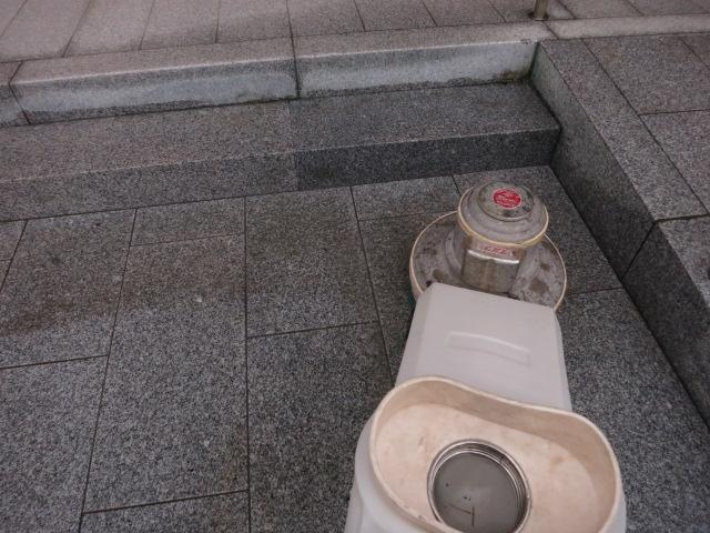 お寺の屋根からの雨水で白御影石バーナー仕上げ床に茶色いシミがのサムネイル