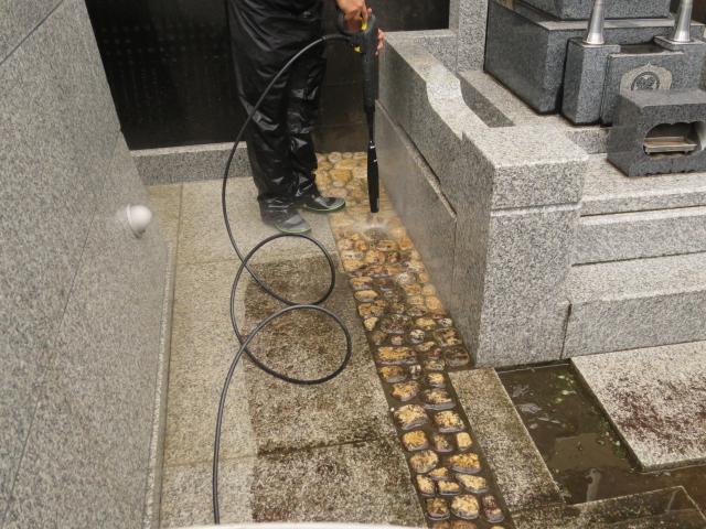 お寺の参道の白御影石バーナー仕上げが汚れで黒ずんでのサムネイル