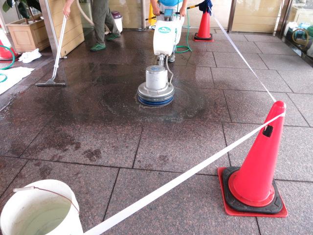 赤御影石バーナー仕上げ床にウェットコートを塗布して美観アップのサムネイル