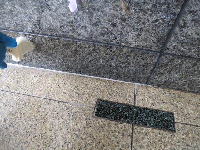 御影石本磨きの壁面の下の方から濃い濡れジミがのサムネイル