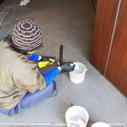 引越時に貼った御影石バーナー仕上げの床に養生のテープ痕がのサムネイル