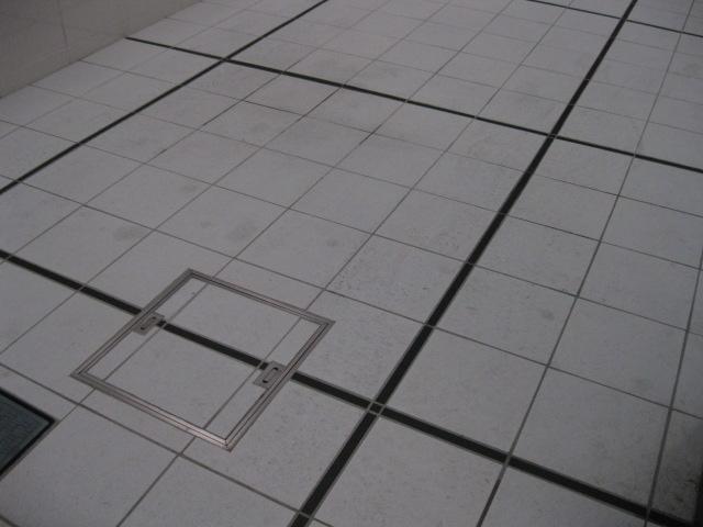 マンションの外構の白タイル床に付いた、タイヤ痕・オイルシミ抜きのサムネイル