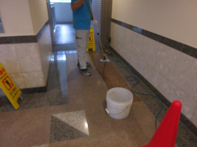 御影石バーナー仕上げの床石にモップ掛けを続けて汚れが全面にのサムネイル