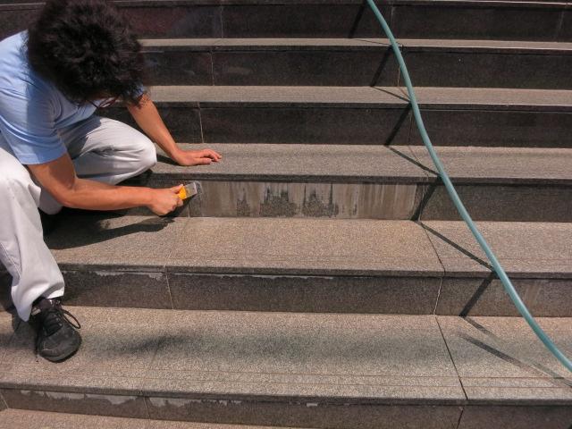 御影石外構階段部のエフロ(白いモルタルの灰汁)による汚染シミ抜きのサムネイル