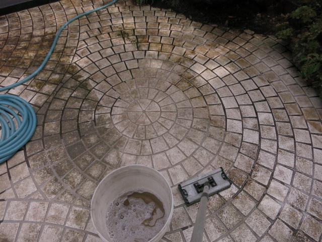 ガレージ床タイル土汚れ・カビ・水垢等の複合汚れ除去のサムネイル