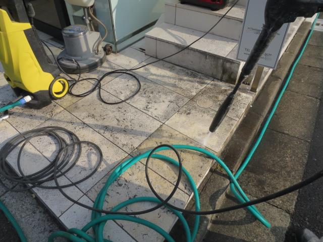 ライムストーン床の汚れはカビ色で黒ずんでのサムネイル