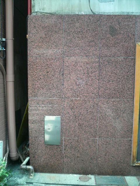御影石壁に付いた看板のノリの痕のサムネイル