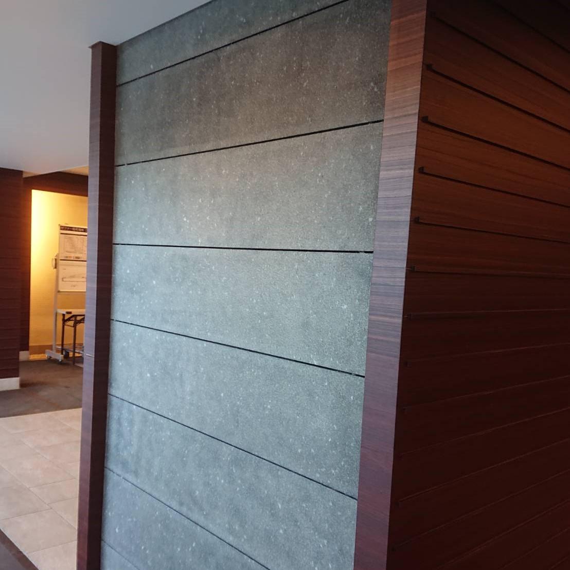 石材壁の目地周りにシールのシミがのサムネイル