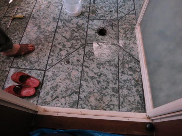 伊豆石の浴室に白いエフロと黒いカビがのサムネイル