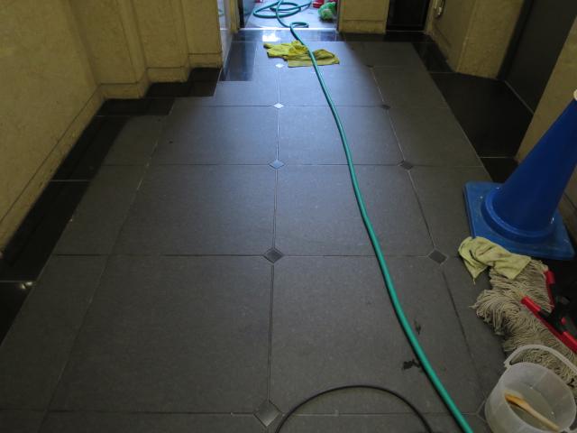 黒御影石バーナー仕上げの床にワックスと塗布するとのサムネイル