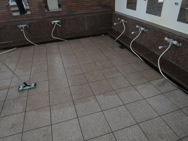 お風呂場のタイルが滑りやすいのサムネイル