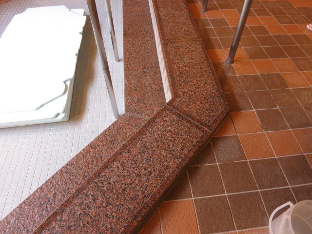 浴室に使用されている御影石へしつこい水垢が付着のサムネイル