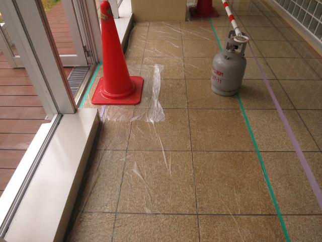 御影石本磨き仕上げの床面に雨水が入り込み濃い濡れ色現象がのサムネイル