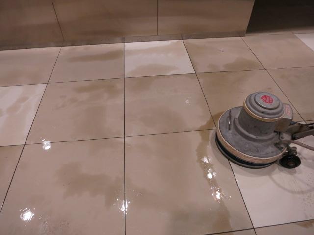 セラミックタイルなのに,モップ拭きした汚れ痕がしっかりと残るのサムネイル