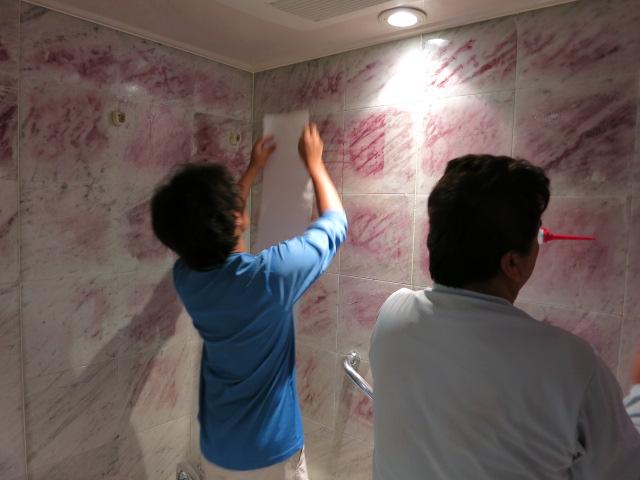 浴室の大理石壁に目立つ茶シミ、サビ抜き施工で白大理石本来の白さ復活のサムネイル