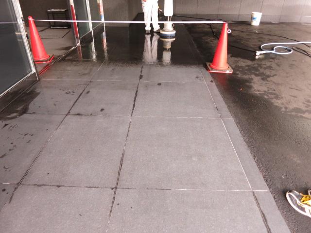 オフィスビルエントランスの黒御影の石床にモヤモヤとしたシミがのサムネイル