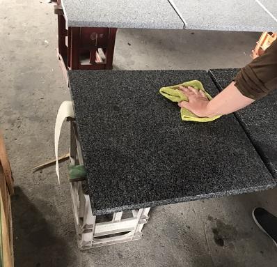 御影石バーナー仕上げの石貼り前コート処理(製品塗布)のサムネイル