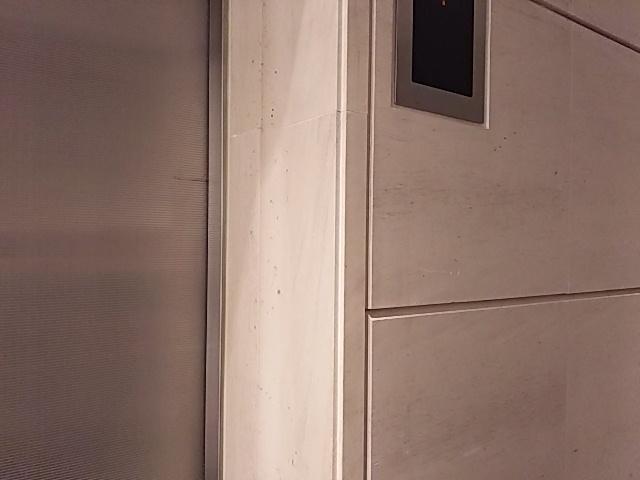 モカクリームの壁石にテープ養生をして直線の濡れジミがのサムネイル