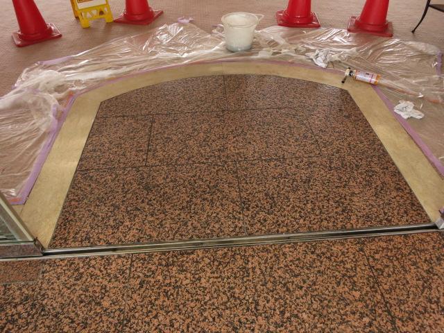 カーペットの張替え工事で、風除室の赤御影石バーナー仕上げ床が黒光りする汚れが付着して復元工事の依頼がのサムネイル