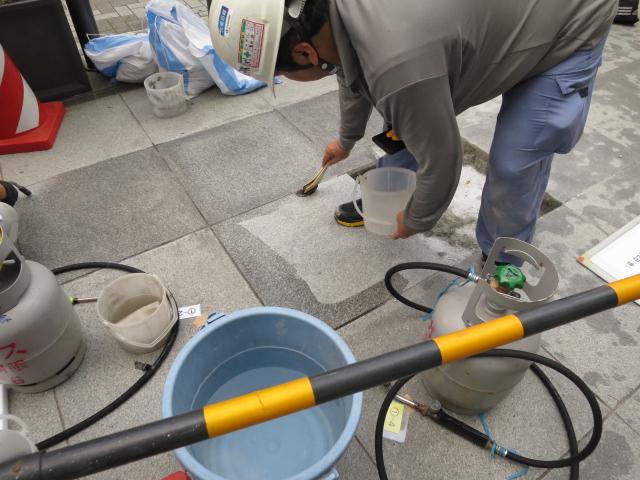 白御影石バーナー仕上げ床がまだら模様な濡れジミに!のサムネイル