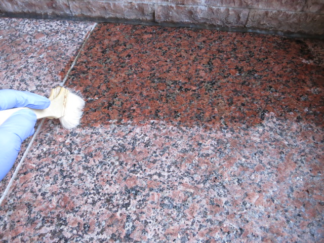 玄関の赤御影石バーナー仕上げが経年の汚れでくすむのサムネイル