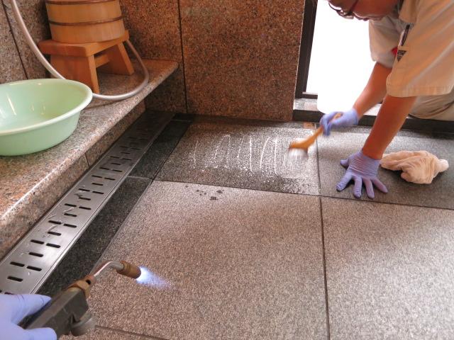 別荘地、浴室の御影石バーナー仕上げ床の表面がポロポロと劣化のサムネイル